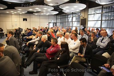Publiek in de Troelstrazaal van de 2e Kamer. Nienke Feenstra, directeur tbs-kliniek Veldzicht. Zij spreekt de commissie veiligheid en justitie van de Tweede Kamer toe in het kader van de hoorzitting over het Masterplan van Fred Teeven - DEN HAAG 18 APRIL 2013 - FOTO NICO SCHOUTEN