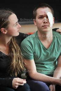 Sal Laffra werd afgelopen weekend zwaar mishandeld in Club Envy in Zoetermeer. Hij kreeg glassplinters in zijn ogen - Sal met zijn vriendin Rebekka - LEIDSCHENDAM 16 APRIL 2013 - FOTO NICO SCHOUTEN