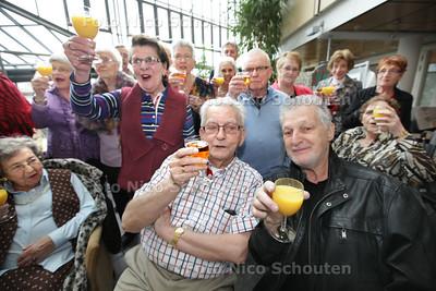 Vandaag komen deelnemers van het televisieprogramma Golden Oldies terug bij hun koren. Ze worden feestelijk onthaald door hun oude koren. Bram (l) en Henk op de voorgrond - ZOETERMEER 19 APRIL 2013 - FOTO NICO SCHOUTEN