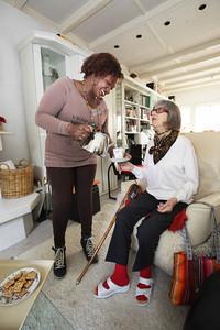 Christine Devine-Heyda (r), klant bij Florence Allure, een nieuwe service van Florence waarbij je zelf een thuishulpmedewerker kunt kiezen, die medewerker is Wednadriuska Lacroes - WASSENAAR 15 APRIL 2013 - FOTO NICO SCHOUTEN