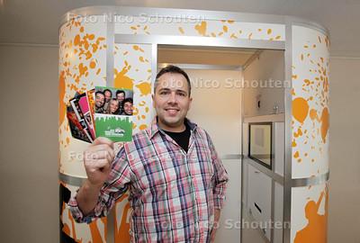 Rogier Visser directeur van Quasax heeft fotobox ontwikkeld en trekt daarmee langs bedrijfsfeesten en bruiloften. Is feitelijk variant op het fotohokje zoals dat vroeger op NS-stations stond - DEN HAAG 17 APRIL 2013 - FOTO NICO SCHOUTEN