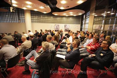 Publiek in de Klompézaal van de 2e Kamer. Nienke Feenstra, directeur tbs-kliniek Veldzicht. Zij spreekt de commissie veiligheid en justitie van de Tweede Kamer toe in het kader van de hoorzitting over het Masterplan van Fred Teeven - DEN HAAG 18 APRIL 2013 - FOTO NICO SCHOUTEN