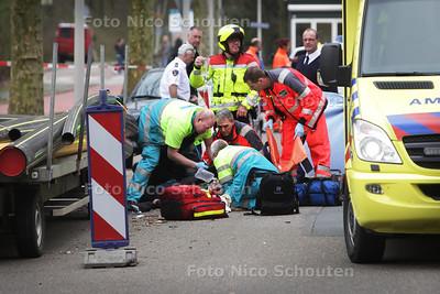 Ernstig scooterongeluk op de Reigersbergenweg (Mariahoeve) - DEN HAAG 16 APRIL 2013 - FOTO NICO SCHOUTEN