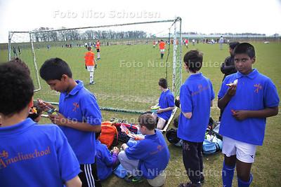 Op het terrein van DSO wordt het grootste voetbaltoernooi uit de Zoetermeerse geschiedenis gespeeld - BENTHUIZEN 17 APRIL 2013 - FOTO NICO SCHOUTEN
