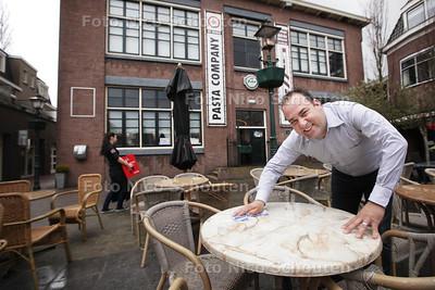 Eigenaar Peter van den Boom van Pasta Company XL, buiten op terras, terwijl hij bezig is met het terras schoon te maken - ZOETERMEER 12 APRIL 2013 - FOTO NICO SCHOUTEN