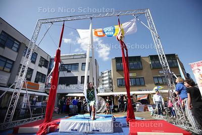 """Opening sportweek door wethouder Mariette van Leeuwen. Zij """"doet"""" een circusact in samenwerking met circus Never Mind - ZOETERMEER 20 APRIL 2013 - FOTO NICO SCHOUTEN"""