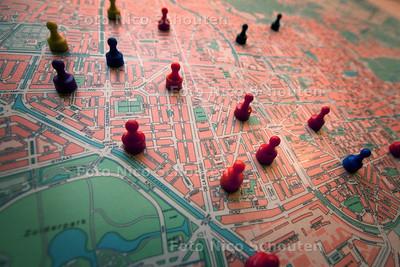 Pionnen op de kaart die de te veilen huizen aangeven - bij verhaal Jochem Agterberg, (veiling) makelaar  - DEN HAAG 10 APRIL 2013 - FOTO NICO SCHOUTEN