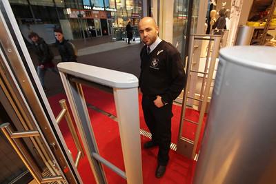 Beveiliger Mohamed van Capricorn Security in winkelcentrum het Stadshart - ZOETERMEER 12 APRIL 2013 - FOTO NICO SCHOUTEN