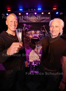 Het tijdelijke onderkomen van JJ Music House wordt definitief: vader Aad (r) van Jole en zoon Barry zijn blij dat ze op hun stekje mogen blijven - ZOETERMEER 12 APRIL 2013 - FOTO NICO SCHOUTEN