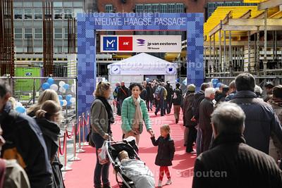 In het weekend van 13 en 14 april 2013 hebben de bezoekers van de binnenstad van Den Haag de éénmalige, bijzondere gelegenheid om nu al een voorproefje te krijgen hoe het is om door de 'Nieuwe Haagse Passage te gaan lopen en de verbeterde winkelrouting te ervaring - DEN HAAG 13 APRIL 2013 - FOTO NICO SCHOUTEN