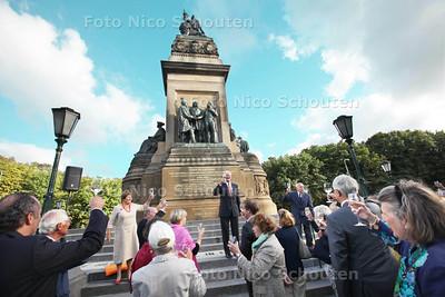 Deftig gezelschap heft het glas op de Driemanschap van 1813 - DEN HAAG 31 AUGUSTUS 2013 - FOTO NICO SCHOUTEN