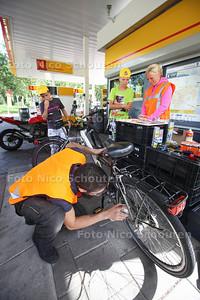 Gratis Fietscheck - In een pitstraat op Shell Station Leeuwenhoeklaan kunnen kinderen hun fiets laten checken. Dit is van belang, omdat de controle van een fiets vaak wordt vergeten, maar essentieel is om veilig naar school te kunnen fietsen. De actie is een gezamenlijk initiatief van Veilig Verkeer Nederland (VVN) en Shell en wordt georganiseerd in het kader van de landelijke 'Wij gaan weer naar school'-campagne - ZOETERMEER 31 AUGUSTUS 2013 - FOTO NICO SCHOUTEN