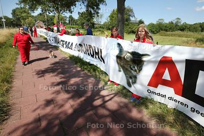 Honderd dierenliefhebbers komen in actie tegen experimenten op dieren bij proefdiercentrum BPRC. Zij dragen een 200 meter lang spandoek met daarop teksten van Mahatma Gandhi tegen dierproeven - RIJSWIJK 14 AUGUSTUS 2013 - FOTO NICO SCHOUTEN