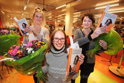Prijswinnaars van de 24-gemeenten schrijfwedstrijd - vlnr Debora Degreef (2), Wendy Schuchmann (1) en Irma Moekestorm (3) - ZOETERMEER 16 DECEMBER 2013 - FOTOGRAAF NICO SCHOUTEN