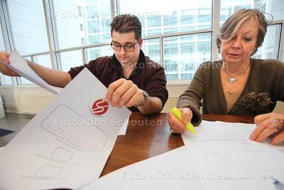 Betere brieven schrijven voor de gemeente - Joachim Lubberts (l) en Marjo Hess - DEN HAAG 17 DECEMBER 2013 - FOTOGRAAF NICO SCHOUTEN