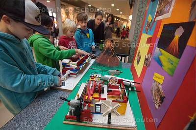 FIRST Lego League. Kinderen die  natuurrampen zoals aardbevingen, stormen en vloedgolven onderzoeken  - DEN HAAG 15 DECEMBER 2013 - FOTOGRAAF NICO SCHOUTEN