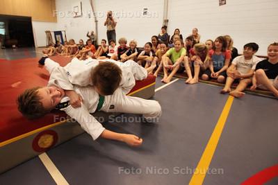 Sportende groep 8 van de Paradijsvogelsschool in Ypenburg voor serious request - DEN HAAG 18 DECEMBER 2013 - FOTOGRAAF NICO SCHOUTEN