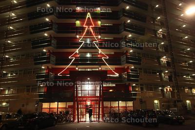 """Originele kerstverlichting op de Antoni van Leeuwenhoek flat - Het renovatieteam """"De nieuwe Norm"""" heeft de flat versiert - ZOETERMEER 13 DECEMBER 2013 - FOTOGRAAF NICO SCHOUTEN"""