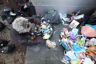 Medewerkers van Haags Werkbedrijf pluizen vuilniszakken uit op zoek naar 'dader' van het lukraak dumpen van deze vuilniszakken - DEN HAAG 28 FEBRUARI 2013 - FOTO NICO SCHOUTEN