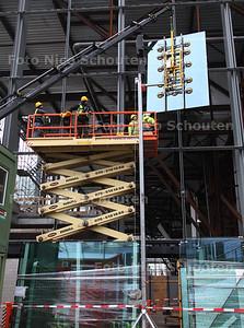 Plaatsen van eerste glazen wanddeel in gevel CS - DEN HAAG 27 FEBRUARI 2013 - FOTO NICO SCHOUTEN
