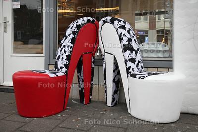 Meubelaak Dunya Meubel - Stiletto stoelen - DEN HAAG 26 FEBRUARI 2013 - FOTO NICO SCHOUTEN