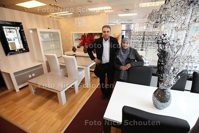 Eigenaar Yildez met stagaire van meubelaak Dunya Meubel - DEN HAAG 26 FEBRUARI 2013 - FOTO NICO SCHOUTEN
