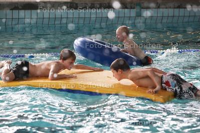 Zwemactiviteiten in zwembad de Fluit - LEIDSCHENDAM 26 FEBRUARI 2013 - FOTO NICO SCHOUTEN