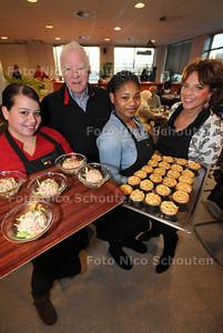 Mondriaan Resto Kleurrijk verzorgt een Nieuwjaarsdiner voor 60 cliënten van De Haagse Voedselbank. Het diner wordt volledig kosteloos verzorgd, gekookt en geserveerd door de studenten Helpende Zorg en Welzijn onder begeleiding van hun docenten. Het belangrijkste doel van het diner is om de cliënten te verwennen met een  driegangendiner. Alles wordt in het werk gesteld om de cliënten 2013 goed en gezond te laten beginnen met een lekker, feestelijk maar ook gezond keuzemenu. Helaas kwam de helft van de mensen niet opdagen. Op de foto twee leerlingen, Leo van Rheenen van de voedselbank en Charlotte Warner van Stagebedrijf Mondriaan - DEN HAAG 11 JANUARI 2013 - FOTO NICO SCHOUTEN