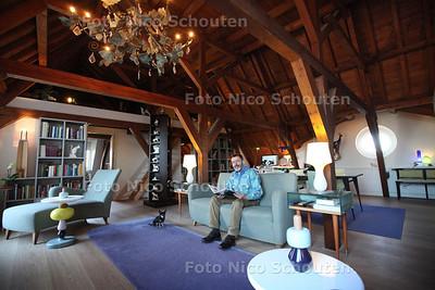 Binnenkijken - Wonen; Kees van der Leer woont aan een oude buitenplaats. Het pand kent een rijke geschiedenis, het is onder andere een kostschool geweest. Nu is het opgedeeld in woningen. Kees van der Leer woont op de zolderverdieping. De oude balken en de vliering zijn nog in tact - VOORBURG 30 JANUARI 2013 - FOTO NICO SCHOUTEN