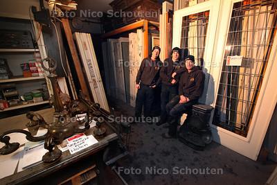 Mammoet Oude Bouwmaterialen - vlnr Rudy Zuiderwijk zoon T.J. en vader Caffa in de werkplaats - DEN HAAG 17 JANUARI 2013 - FOTO NICO SCHOUTEN