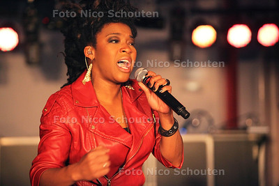 Optreden van de winnares van The Voice of Holland, Leona Phillipo bij Party en Business Centre 2BHome - ZOETERMEER 26 JANUARI 2013 - FOTO NICO SCHOUTEN