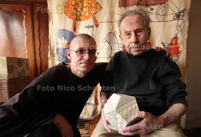 kunstenaar/designer Klaas van Biezen (92) met op de achtergrond een grote lap gordijnstof van zijn hand uit de jaren 60 met grote kindertekeningen. Dit ontwerp maakte Van Biezen voor 'handweverij en knoperij' Het Paapje naar aanleiding van kindertekeningen van zijn zoon Louis (l) - WASSENAAR 10 JANUARI 2012 - FOTO NICO SCHOUTEN