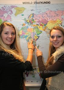 Leerlingen van het ISW die met goede doelen bezig zijn. Kyara Mostert (l) en Judy Prins - NAALDWIJK 31 JANUARI 2013 - FOTO NICO SCHOUTEN