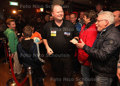 Raymond van Barneveld in café het Wapen van Maasdijk - MAASDIJK 30 JANUARI 2013 - FOTO NICO SCHOUTEN