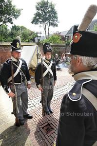 In de tuin van Museum Meermanno zijn Napoleontische soldaten bezig met koken, schieten en ander vermaak - DEN HAAG 13 JULI 2013 - FOTO NICO SCHOUTEN