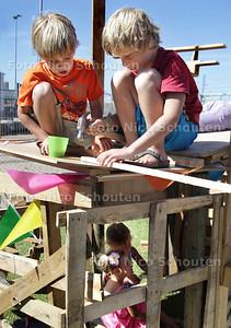 Kinderen bouwen hutten op de Bouwspeelplaats op het oude Norfolkterrein - DEN HAAG 29 JULI 2013 - FOTO NICO SCHOUTEN