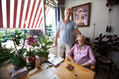 Henk Heijnen met moeder Ali Heijnen (89) in haar appartement in zorgcentrum Nieuw Heeswijk. Ze vreest dat ze weg moet uit Voorburg, omdat Nieuw Heeswijk niet langer 24 uur zorg kan bieden - VOORBURG 23 JULI 2013 - FOTO NICO SCHOUTEN