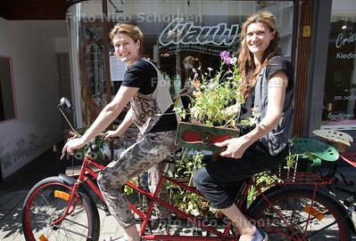 Twee zussen Nina (l) en Eva zijn het winkeltje Wauw! begonnen. Het is een rariteitenkabinet van planten, 2ehandsdingen en zelfgemaakte dingen - DEN HAAG 9 JULI 2013 - FOTO NICO SCHOUTEN