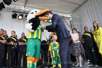 Open dag bij ADO - mascotte Storkey krijgt een stadsspeld - DEN HAAG 13 JULI 2013 - FOTO NICO SCHOUTEN