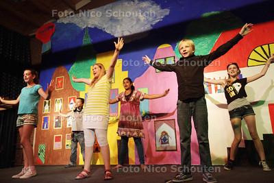 De kinderen van groep 8 van de Touwladder voeren vanavond de eindmusical op voor hun ouders - ZOETERMEER 16 JULI 2013 - FOTO NICO SCHOUTEN