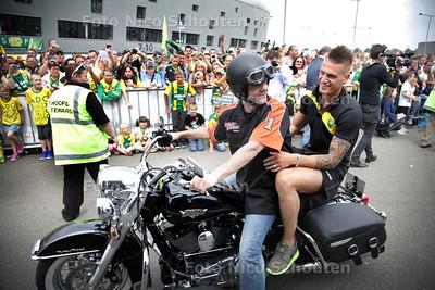Open dag bij ADO - presentatie van de spelers - Vito Wormgoor achterop een Harley - DEN HAAG 13 JULI 2013 - FOTO NICO SCHOUTEN
