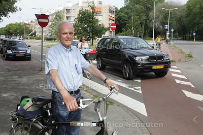Daan Goedhart, voorzitter van de Haagse afdeling van de Fietsersbond in de bocht waar de Segbroeklaan overgaat in de Sportlaan. Automobilisten die al op de Sportlaan rijden (van het hagaziekenhuis) scheuren zo het andere gedeelte op, zonder naar links te kijken waar fietsers vandaan komen. De gemeente gaat op de Internationale Ring West (segbroeklaan - sportlaan - machiel vrijenhoeklaan) de ergste verkeersknelpunten aanpakken. Vooral voor fietsers is het gevaarlijk - DEN HAAG 16 JULI 2013 - FOTO NICO SCHOUTEN