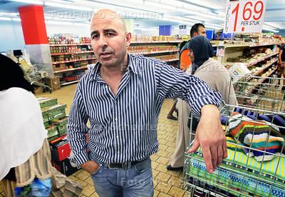 Abdeslam Barghaoul, eigenaar van supermarkt Tanger aan de Hoefkade, wordt zo belaagd dat hij de supermarkt te koop zet - DEN HAAG 18 JULI 2013 - FOTO NICO SCHOUTEN