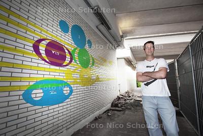 Geert Mul bij zijn kunstwerk onder het Marianneviaduct (bij het station) - VOORBURG 19 JUNI 2013 - FOTO NICO SCHOUTEN