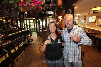 Ton Voets en zijn zus in Tons muziekcafé. Het café (een begrip in Rijswijk) bestaat 30 jaar - RIJSWKIJK 28 JUNI 2013 - FOTO NICO SCHOUTEN