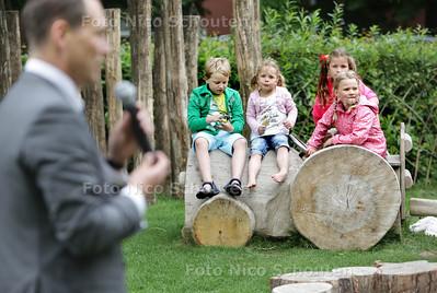 Bij stadsboerderij Gagelhoeve aan de Mient kunnen kinderen voortaan spelen in een hut, kliederen met water en zand en door een tunnel van wilgentakken kruipen. Wethouder Boudewijn Revis (l) opent deze groene en veilige speelplek - DEN HAAG 26 JUNI 2013 - FOTO NICO SCHOUTEN