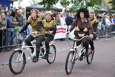 Een traditie tijdens de Wielerronde van Honselersdijk die terug gaat tot de jaren '60: de Tandemrace - HONSELERSDIJK 27 JUNI 2013 - FOTO NICO SCHOUTEN