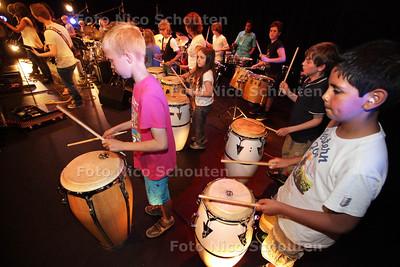Drumleerlingen van het CKC laten vanavond in een presentatie zien wat ze de afgelopen tijd hebben geleerd - ZOETERMEER 20 JUNI 2013 - FOTO NICO SCHOUTEN