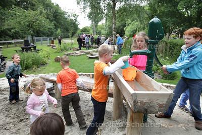 Bij stadsboerderij Gagelhoeve aan de Mient kunnen kinderen voortaan spelen in een hut, kliederen met water en zand en door een tunnel van wilgentakken kruipen. Wethouder Boudewijn Revis (Segbroek) opent deze groene en veilige speelplek - DEN HAAG 26 JUNI 2013 - FOTO NICO SCHOUTEN