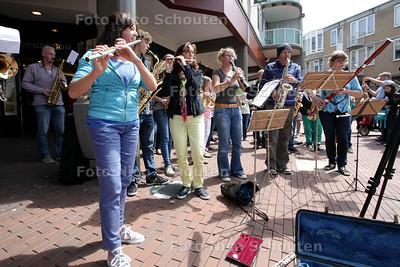FLASHMOB. De (muzikale) Flashmob vond NIET plaats op het Stadhuisplein maar op de hoek Driekant / Promenade. Doel is om aandacht te vragen voor het Zoetermeerse festival 'Klassiek op het Water' - ZOETERMEER 29 JUNI 2013 - FOTO NICO SCHOUTEN